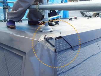 棟板金がY字型に交わる部分には雨水が浸入しないようシーリング材を塗布