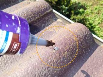 打ち込んだ釘にシーリングを注入して隙間をなくす