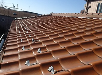 古くなった屋根を解体します