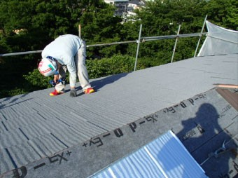 屋根材も軒先から棟に向かって葺いていきます
