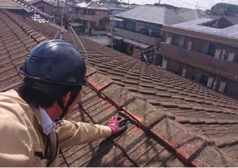 瓦屋根点検の様子