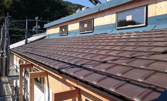下段の屋根にも耐風瓦が敷かれ、ハイサイドライトのフィックスマドがはめられています。