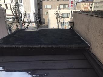 鉄筋コンクリートの古い建物に二年前に増築した瓦棒屋根。その境目から雨漏り?