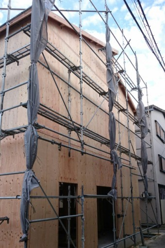 K様店舗建前二日目の外観。屋根だけでなく、建物の外壁にもパネルが張られています。