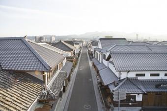 瓦葺屋根の街並み