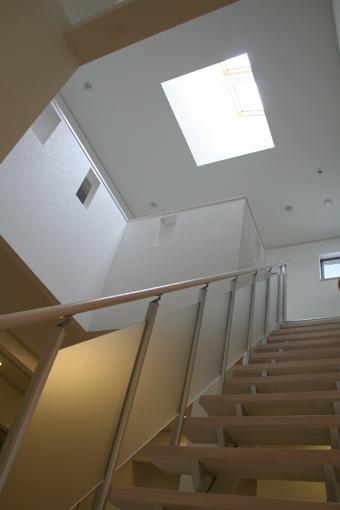 吹抜け階段の上の天窓