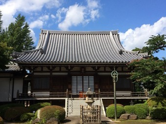 瓦葺屋根を持つ寺院