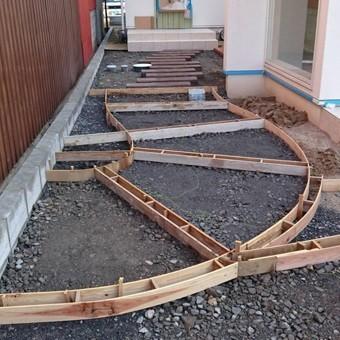 A様邸・A様店舗の外構工事2 伸縮目地のために曲線に造ったコンクリートの型枠