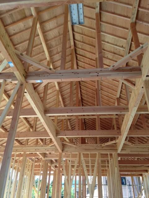 木造棟を下から写した写真