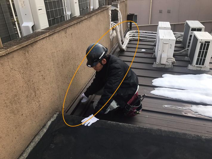 元々の建物と増築部分の境目辺りで雨漏りがする場合には、まず雨押えを確認。