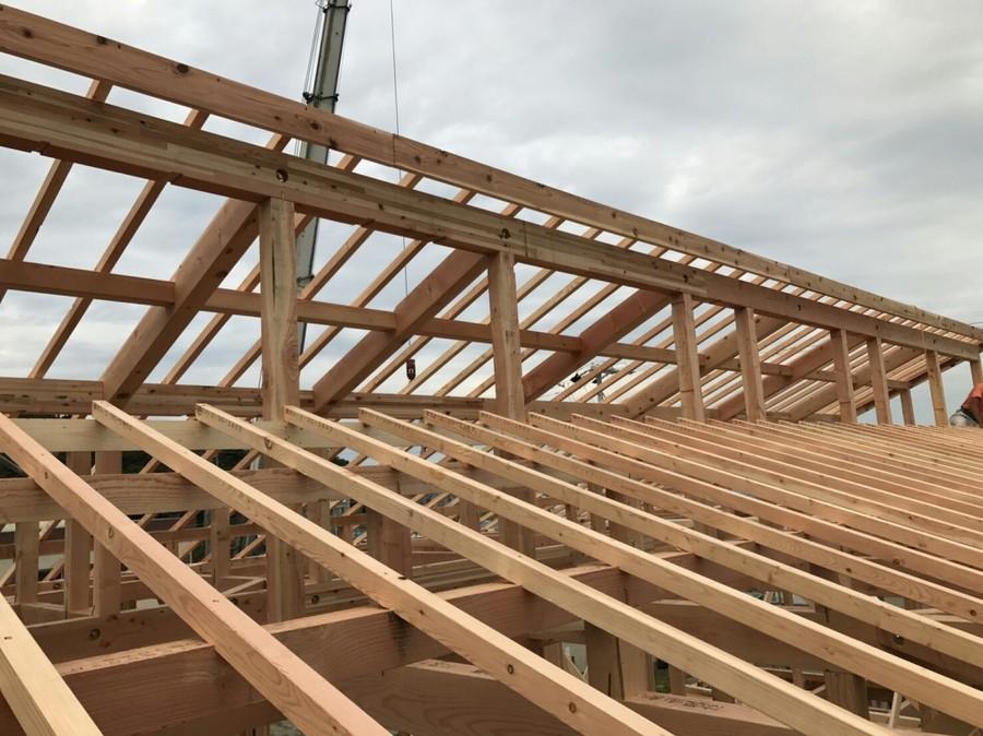 片流れの屋根が段違いに組み合わされた屋根形状。招き屋根とか差し掛け屋根と呼びます。