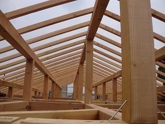 垂木の施工された小屋組みの内側