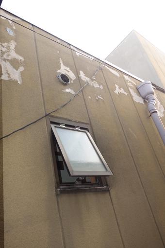 鉄骨構造の建物のALC版の外壁というオーソドックスな取り合わせ。