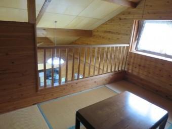 屋根裏の傾斜が現れた、ロフト部分の居室