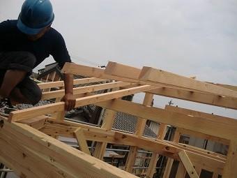 棟木、母屋、軒桁にそれぞれ垂木のための切り欠きがある