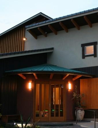 風除室の屋根は緑青色のガルバリウム鋼板瓦棒葺き