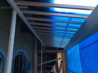 新たに柱と垂木を組んで庇を増設する。