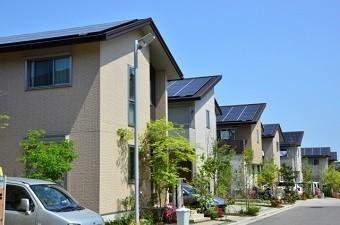 ソーラーパネルを設置した切妻屋根や招き屋根の並ぶエコタウン