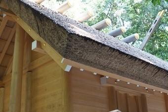 神社の屋根は茅葺の切妻屋根