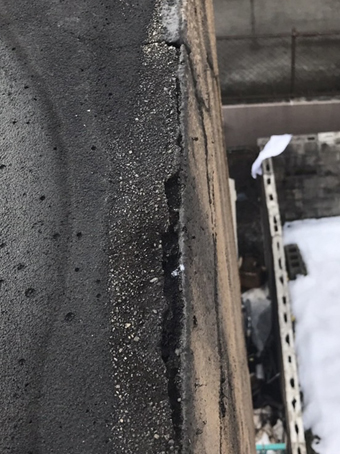 パラペットのエッジ部分には縦横に割れが発生。