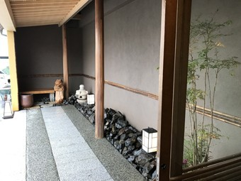 庇の下には京の小路をイメージしたアプローチ。