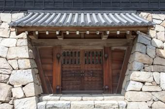 瓦葺屋根を持つお城の門