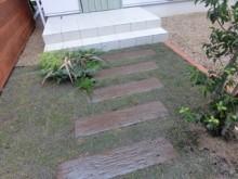 A様邸・A様店舗の外構工事7 芝敷きに木の飛び石のアプローチ