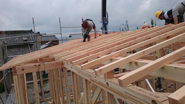 松阪市にある切妻屋根の店舗の垂木。
