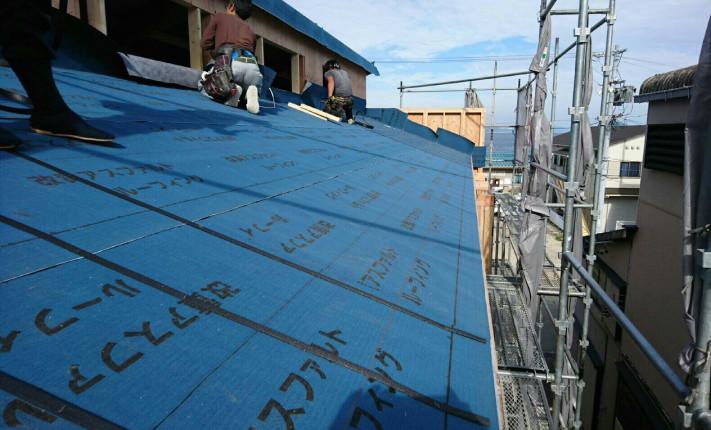 K様店舗下段の屋根一面に改良アスファルトルーフィングが張られています。