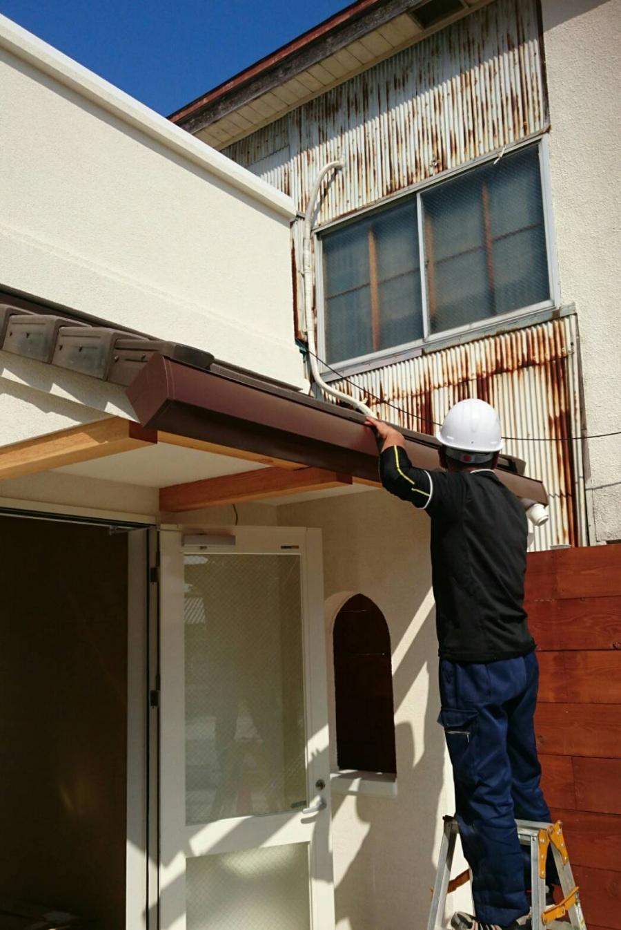 A様邸・A様店舗のポーチ1 ポーチの庇に雨樋を設置する作業
