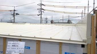 白い瓦棒の屋根