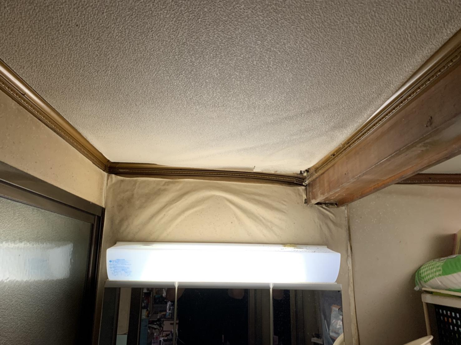 四日市市にて瓦割れからの雨漏り調査に伺ったお住まい壁紙(クロス)が剥がれかけている写真