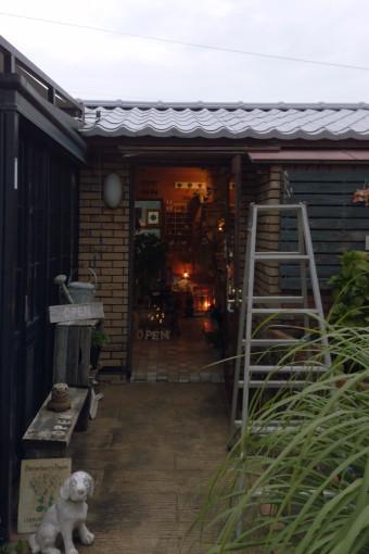 三重県津市藤方のショップ玄関 施工前正面