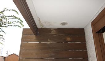 店の玄関ポーチの軒天には雨漏りのせいか傷みが見えます。