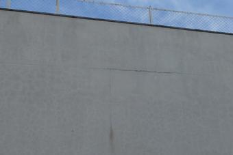 専門学校の外壁には亀裂がいくつもありました。