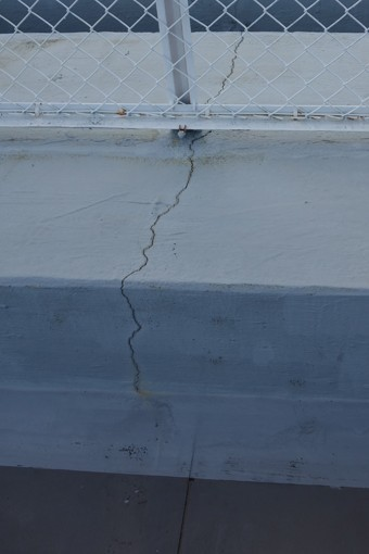 屋上では手摺の支柱をもとにした亀裂がありました。