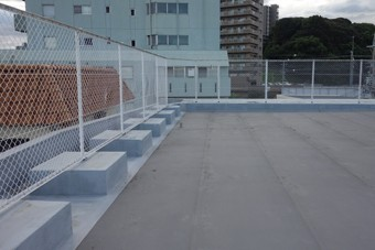 独立した基礎を持つ屋上の手摺。