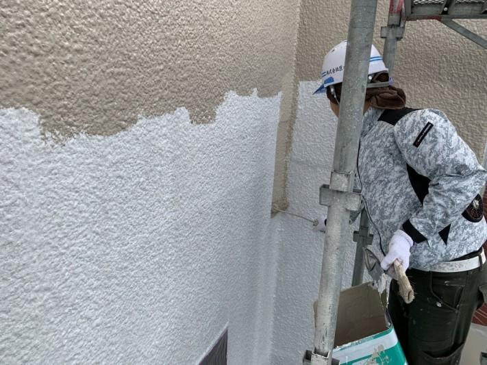外壁中塗り作業風景