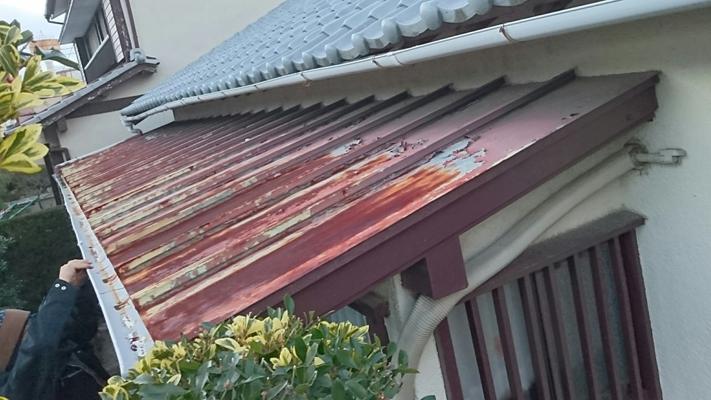 瓦棒葺きのトタン庇で錆が目立つ。庇の根元部分は比較的綺麗。