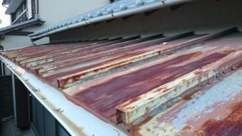 瓦棒葺きのトタン庇で錆が目立つ。雨樋にも穴が。