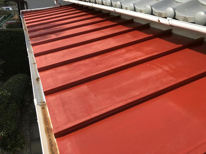 赤茶色の錆び止め塗装を下塗りとして行った。
