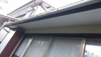 改修した庇の軒天にカラーベニヤを張り替え、雨樋も補修した。