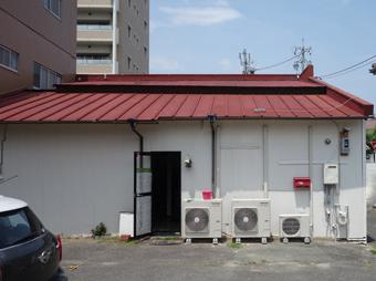 波板と瓦棒、二段になった片流れ屋根の建物。