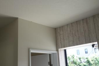 室内のたれ壁に変色が見られ、二面の壁の入り隅部分には亀裂がある。