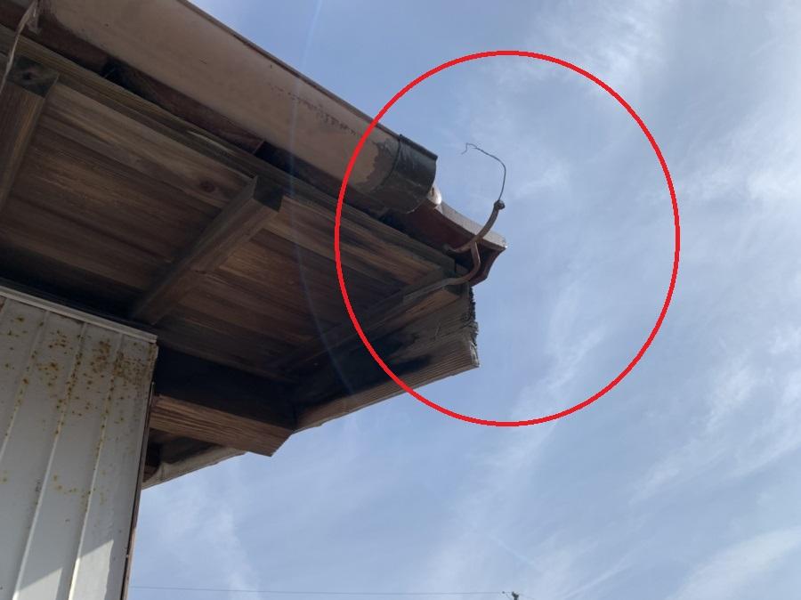 軒樋の一部欠損により雨水が垂れ落ちくる箇所