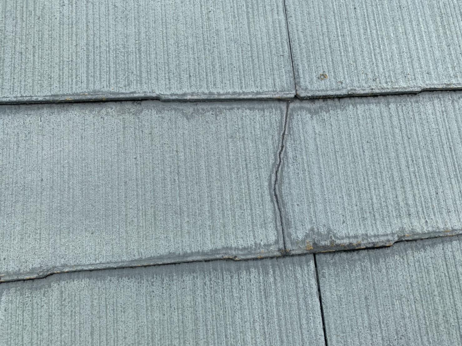 四日市市のカラーベスト屋根のひび割れ