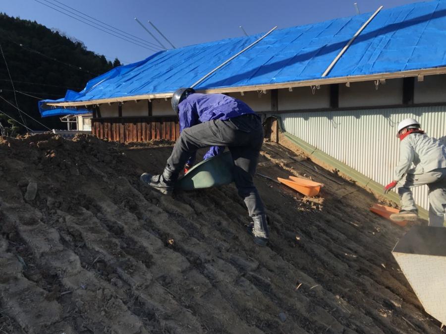 屋根土とり 古民家