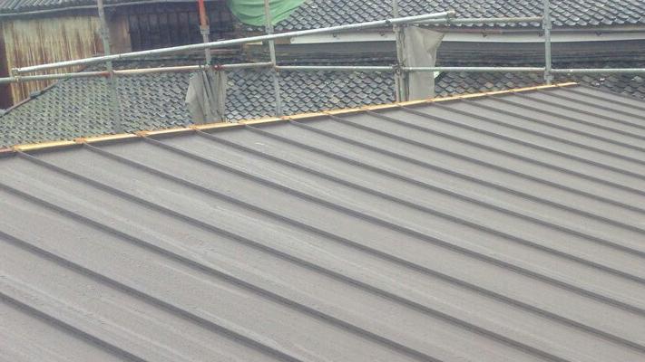 屋根を立平葺きで覆ったら、棟板(貫板)を棟に固定する。