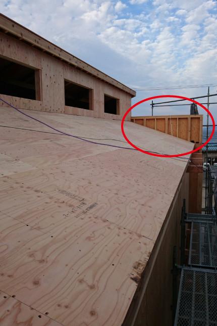 屋根に構造用パネルを張り終わったら、ハイサイドライトとなる穴を残して壁部分にも板が張られます。写真奥に見える壁は、店舗の看板になります。