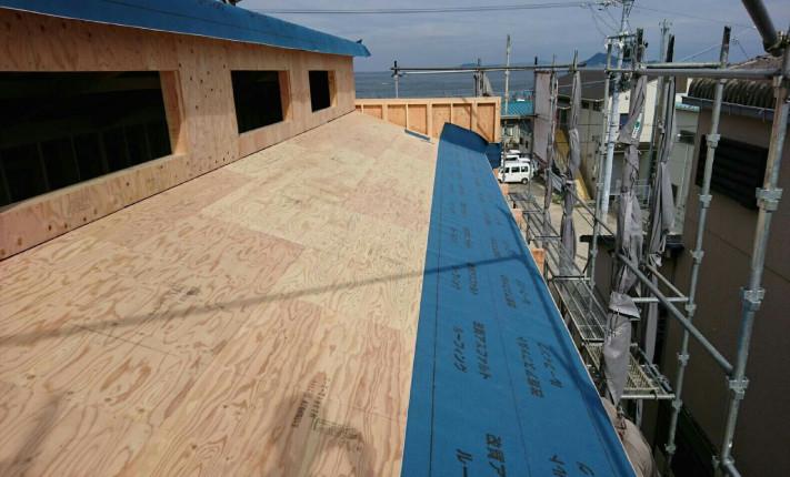 12mm厚の構造用合板下地の上に、防水シートを張っていきます。